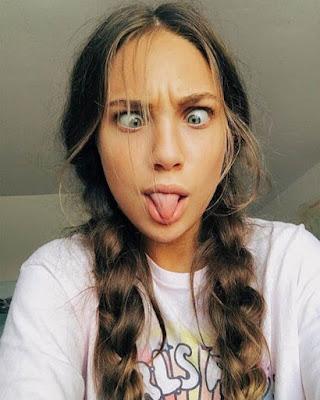 selfie divertida lengua afuera
