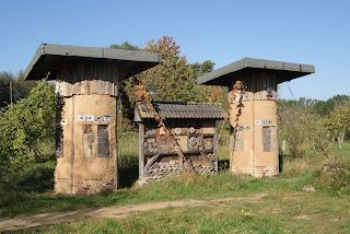 Im Garten der NABU Station steht ein großes Insektenhotel