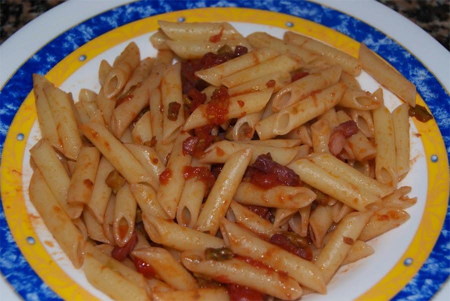 Macarrones con tomate y espárragos