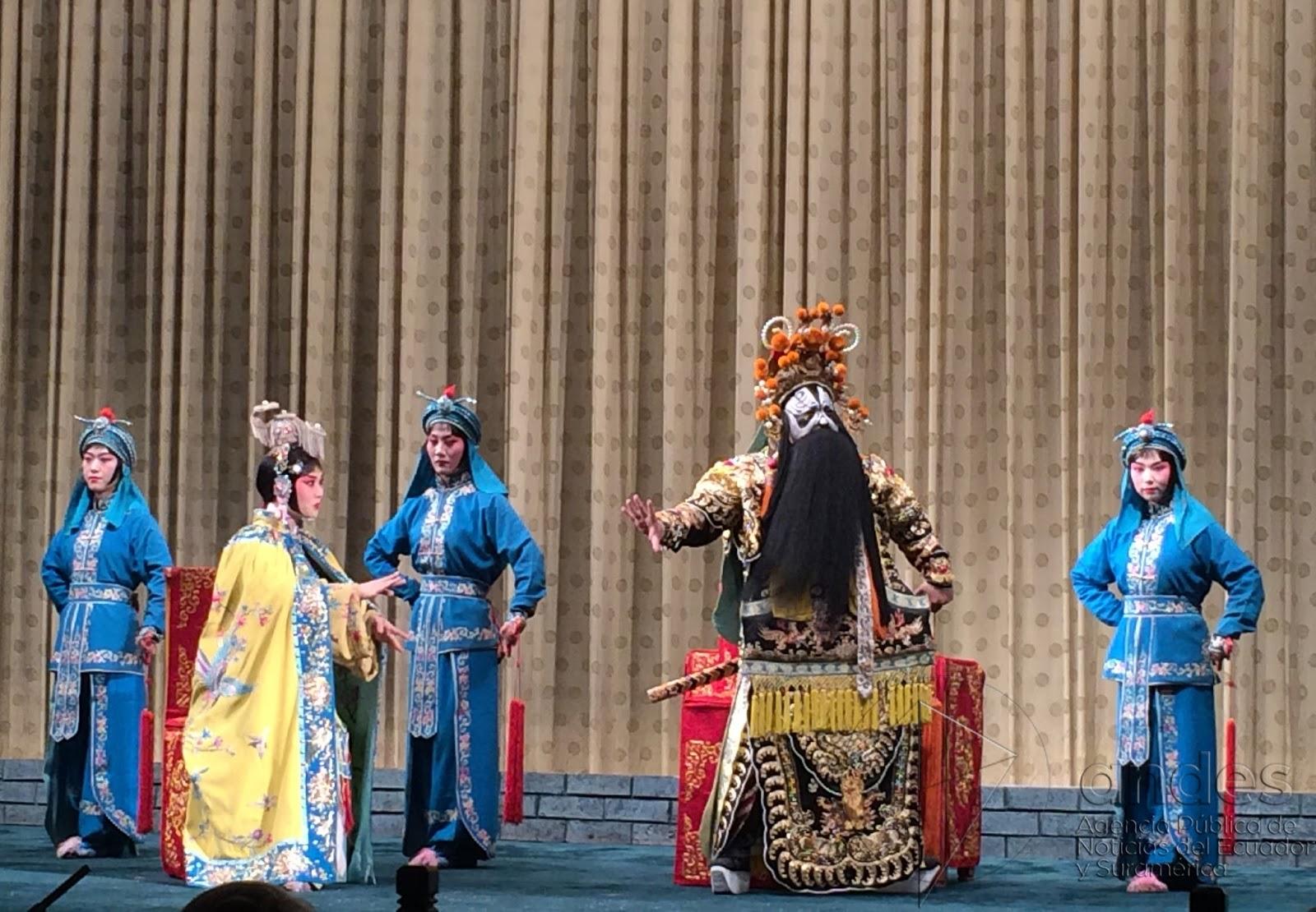 """Cena da peça """"Adeus, minha concubina"""", encenada pela tradicional Ópera de Pequim"""