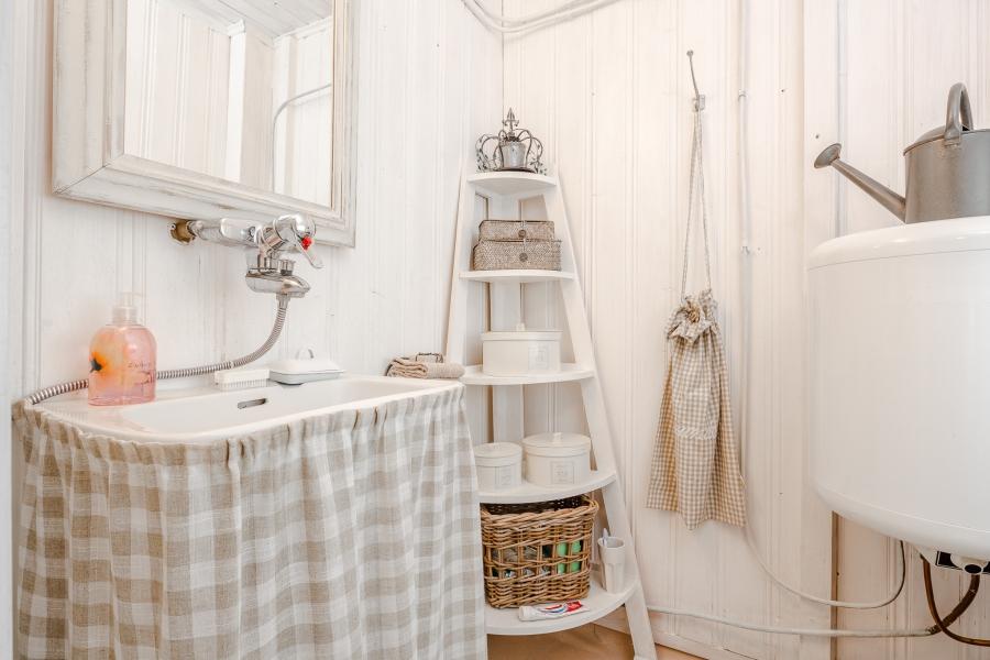 Biały domek z naturalnymi dodatkami, wystrój wnętrz, wnętrza, urządzanie mieszkania, dom, home decor, dekoracje, aranżacje, scandinavian style, styl skandynawski, rustic style, styl rustykalny, biel, white, small room, małe wnętrze, bathroom,łazienka