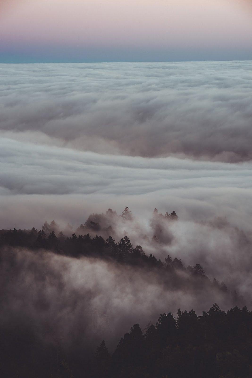 قمم جبال مع ضباب كثيف جميل و سماء هادئة - خلفيات ايفون X