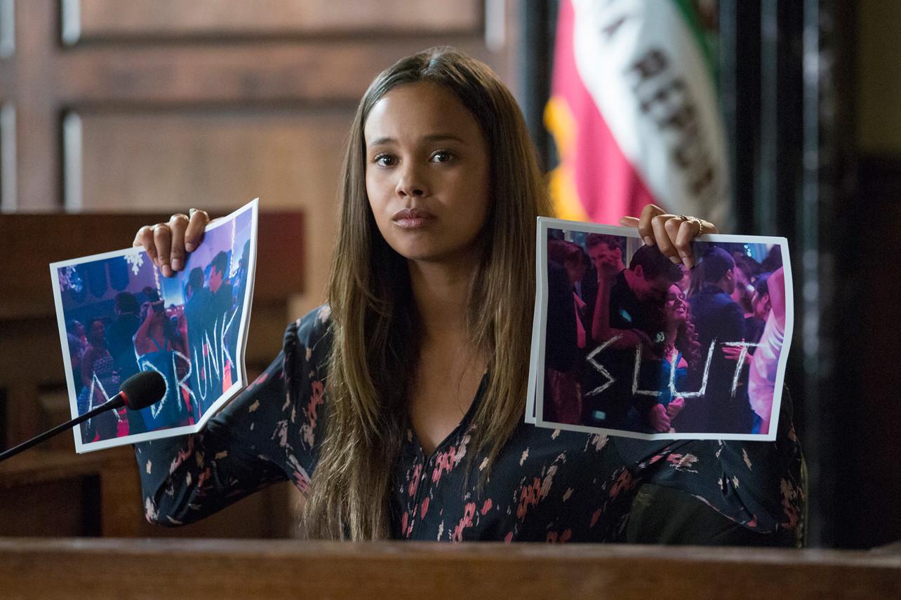 Jessica en el juicio entre los padres de Hannah Baker y el instituto Liberty