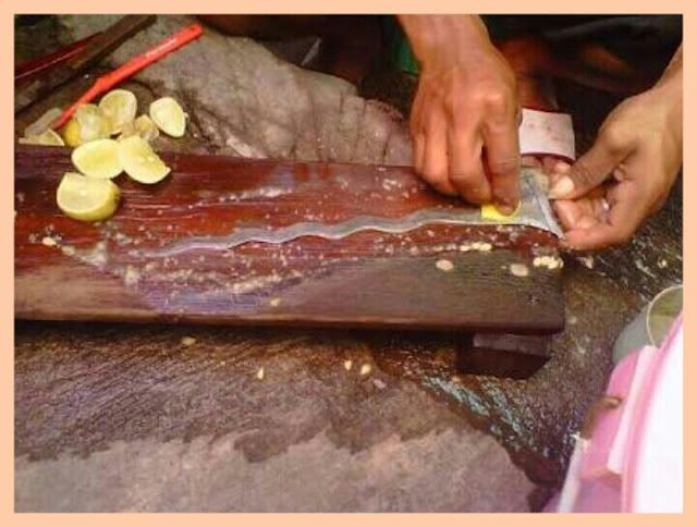 Gosok permukaan keris dengan irisan jeruk nipis sampai bersih