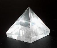 Donc ici dans la configuration, la matière « basse » est représentée par la lampe et la pyramide, et la matière « haute » par l'arc-en-ciel indépendamment sorti de la matière « basse », la pyramide de cristal !