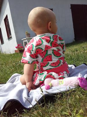 body w arbuzy w ogrodzie