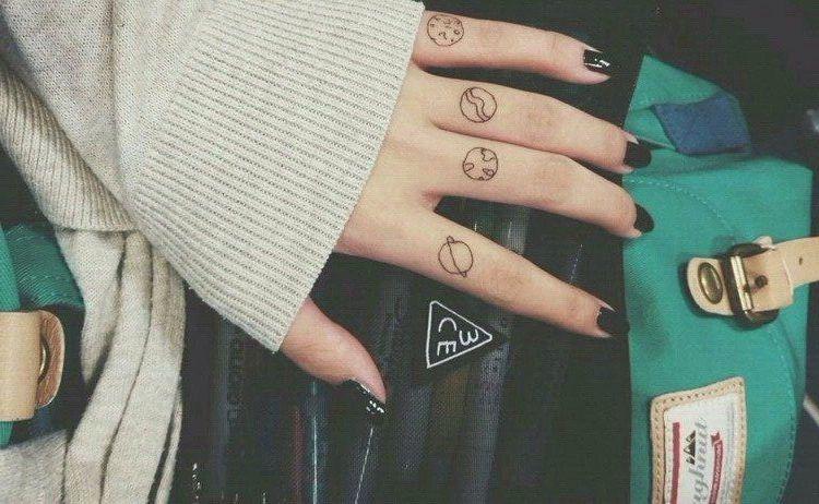 Dosis De Tinta Un Complemento Más Tatuajes En Los Dedos