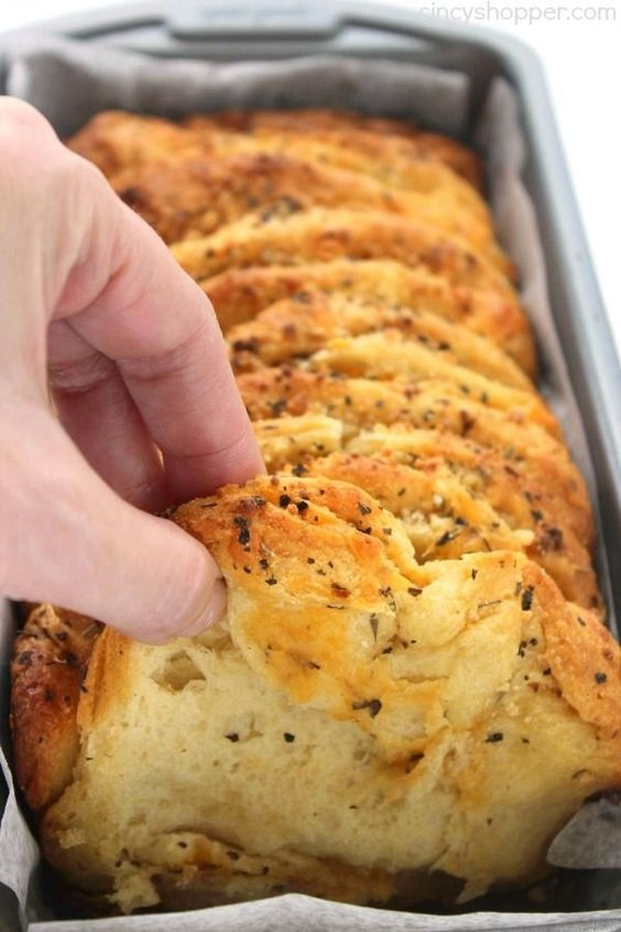 Easy Garlic and Herb Pull-Apart Loaf