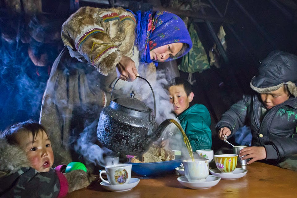 TEA TIME ON THE YAMAL PENINSULA - 29 Breathtaking Photographs of The Human Race