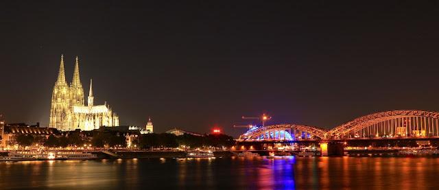 Köln, Hohenzollernbrücke, Rheinpanorama, Kölner Dom beleuchtet, Schiffe