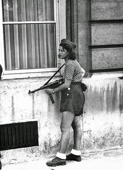 52 photos of women who changed history forever-The 18 year old fighter in French Resistance, Simone Segouin, during the liberation of Paris (August 9th, 1944).