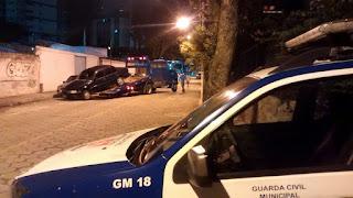 Guarda Civil Municipal de Vitória (ES) detém indivíduo com carro roubado em região de tráfico.