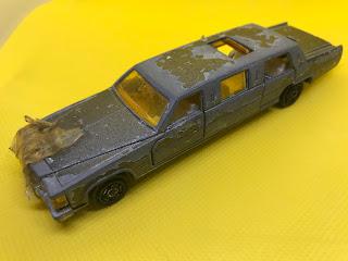 キャデラック リムジン のおんぼろミニカーを斜め前から撮影