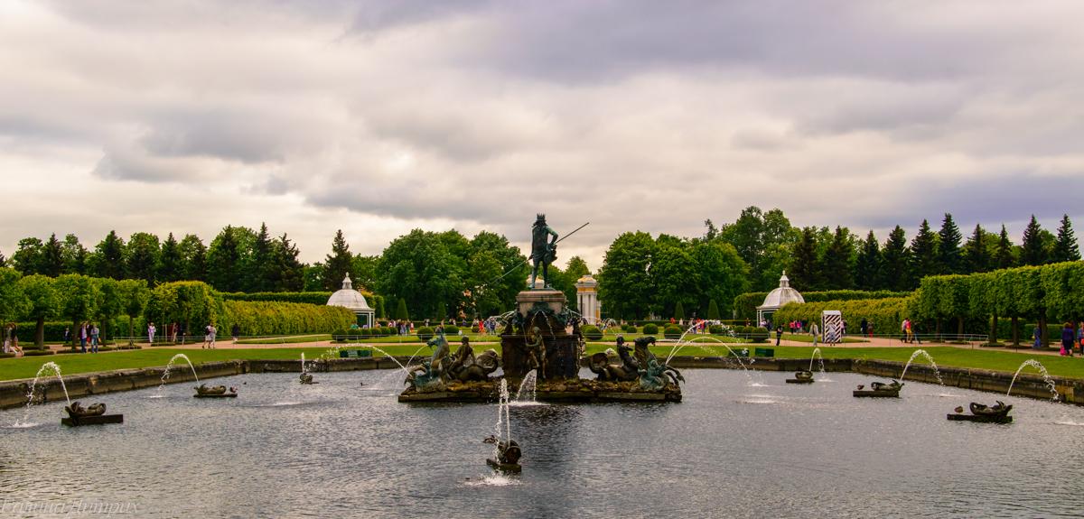Фонтан Нептун в Верхнем саду Петергофа фото