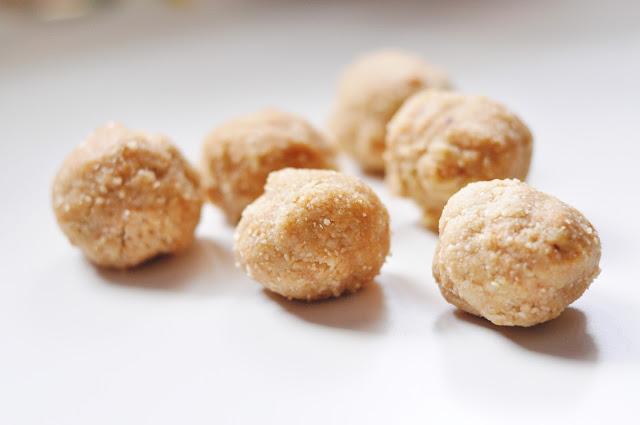Migdałowe kulki mocy z masłem orzechowym   bez pieczenia / laktozy / glutenu / cukru  