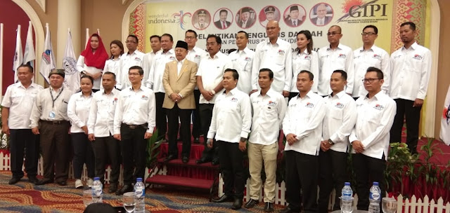 Kepala Dinas Pariwisata Provinsi Kepulauan Riau, Pak Boeralimar, mengambil foto di Peresmian Asosiasi Industri Pariwisata Indonesia di Provinsi Kepulauan Riau.