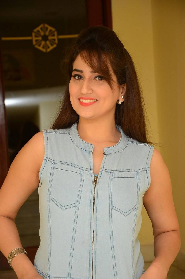 Anchor Manjusha Hot Smiling Face Photos
