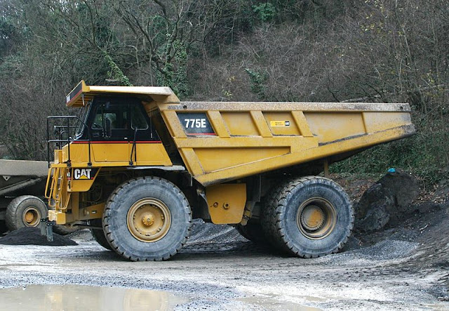Gambar truk haul Caterpillar Cat 775E