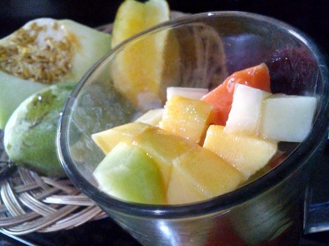 makan makanan sehat yang seimbang