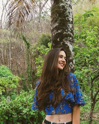 pose sonriendo en bosque