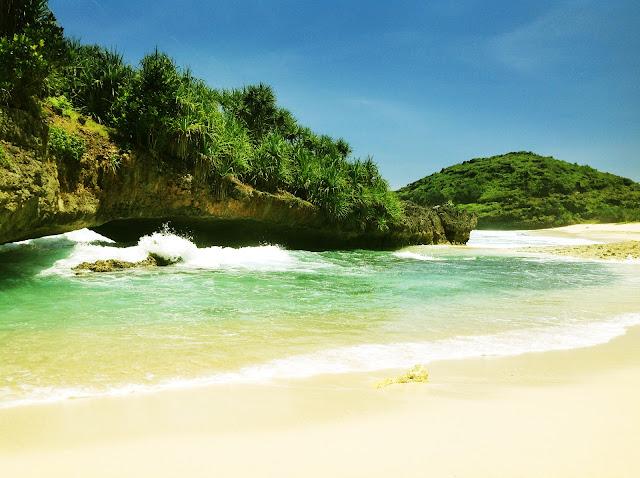 pemandangan karang pantai srau pacitan