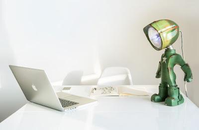 Lampara hecha con material reciclado y forma de  robot
