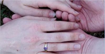 Meremas-remas jari istri
