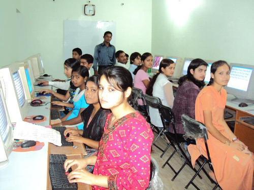 यूपी के 100 स्कूलों को मिला हिंदी कीबोर्ड