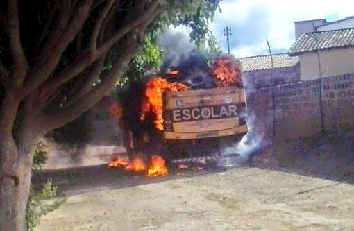 Brumado: Ônibus é incendiado em represália à morte de bandidos