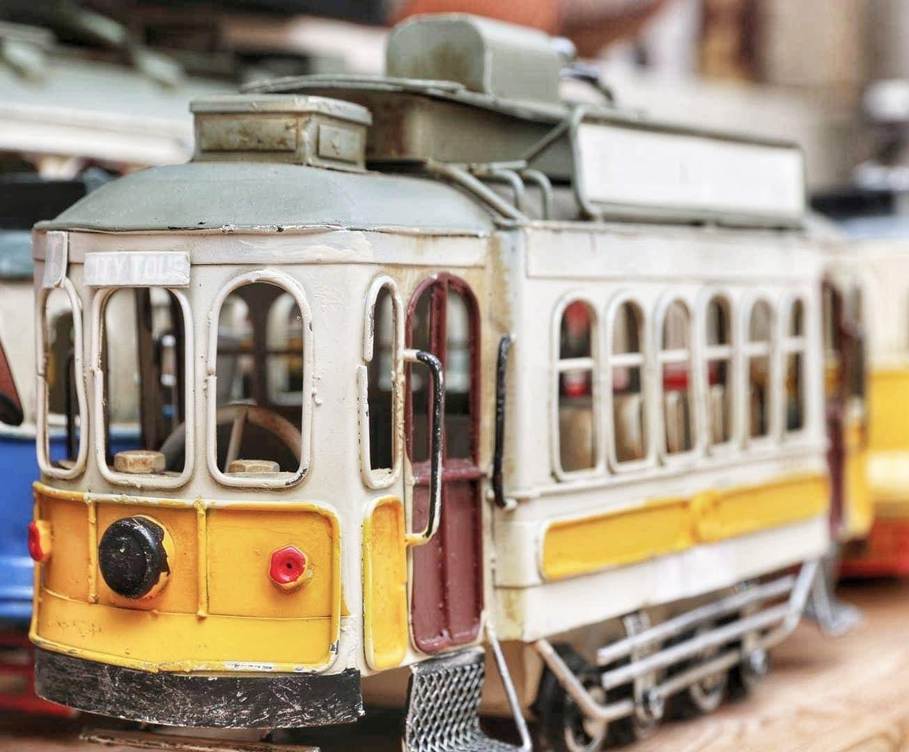 podróże małe i duże, atrakcja Lizbony, zółty tramwaj retro