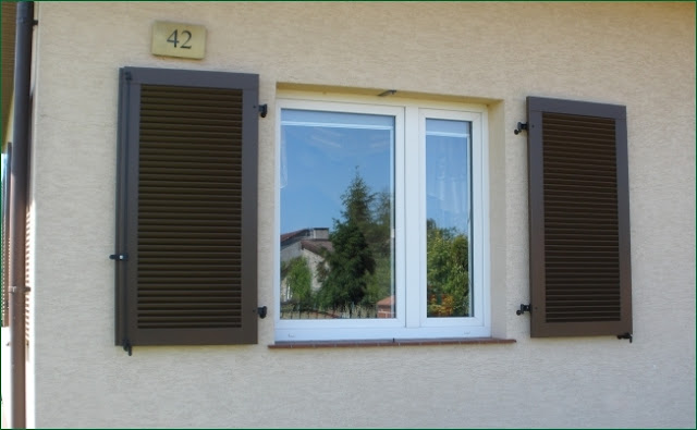 okiennice drewniane, montaż okiennicy do ściany,jak montować okiennice,