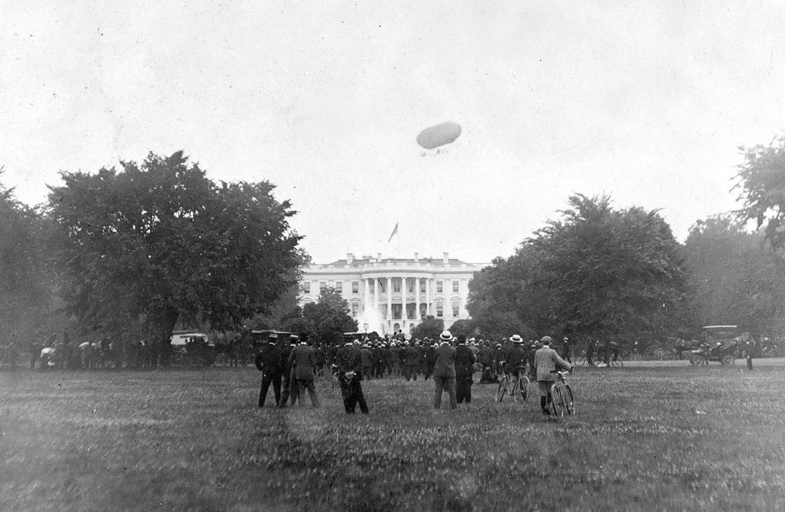 An airship flies above the White House in Washington, District of Columbia, in 1906.