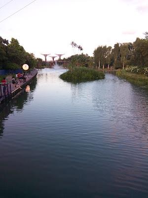 Foto yang saya ambil dari jembatan jalan masuk Gardens by the Bay.