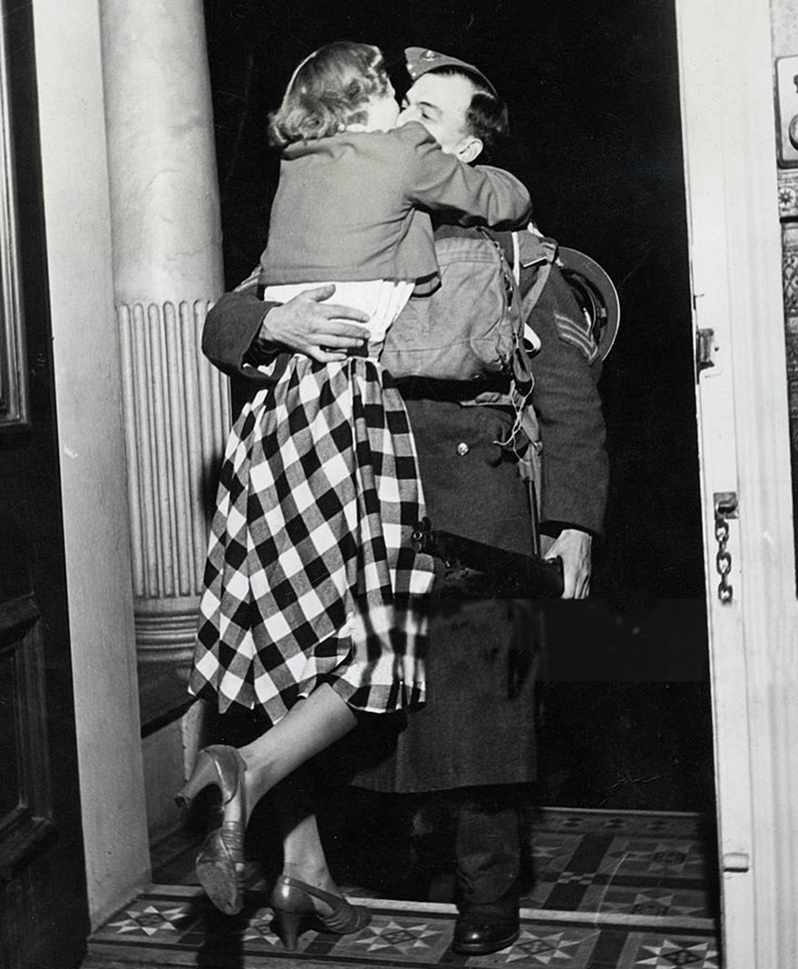 60 + 1 Heart-Warming Historical Pictures That Illustrate Love During War - Soldier Is Greeted With A Kiss From His Ecstatic Wife As He Comes Home From France On Christmas
