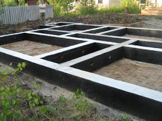 Строить дом из газобетона своими руками нужно начинать из фундамента. Часто можно услышать, что благодаря небольшому весу газобетонных блоков, можно сэкономить на фундаменте. Но также существует теория, что возводить дом из газобетонных блоков можно только в том случае, если есть цоколь, выполненный из обычного плотного бетона, что значительно увеличивает расходы. Но на самом деле оба этих утверждения не верны. Точно лишь одно — фундамент можно считать надежным, если он может гарантировать целостность всего сооружения. Да, нагрузка на грунт, которую создает небольшое газобетонное здание, не столь велика, но нельзя из-за этого недооценивать роль фундамента. Возводить фундамент из обычного газобетона нельзя, так как для фундамента нужно использовать более прочный материал.  Специалисты считают, что лучшим основанием для газобетонного дома является железобетонная плита, которая способна обеспечить равномерное распределение нагрузки, что в свою очередь минимизирует усадочные деформации. Но на практике чаще всего для возведения домов из газобетона используются монолитные фундаменты ленточного типа или комбинированные — столбчатые, имеющие монолитный пояс из железобетона. Данные виды фундаментов полностью удовлетворяют всем требованиям.