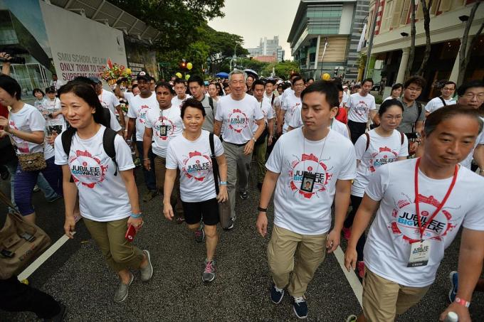 Mr Lee Hsien Loong at the SG50 Jubilee Big Walk in 2015 (SG50).