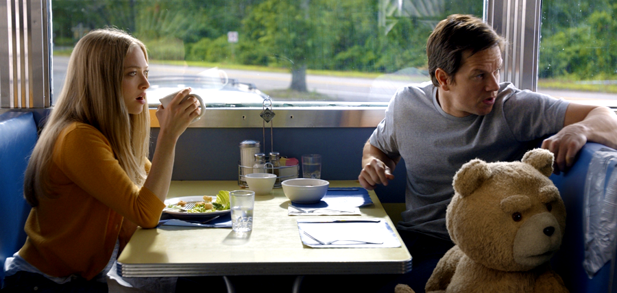 Amanda Seyfried şi Mark Wahlberg în comedia Ted 2