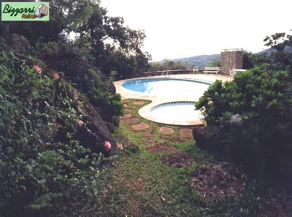 Construção dos caminhos de pedra moledo tipo chapada em volta da construção da piscina com execução do paisagismo natural.