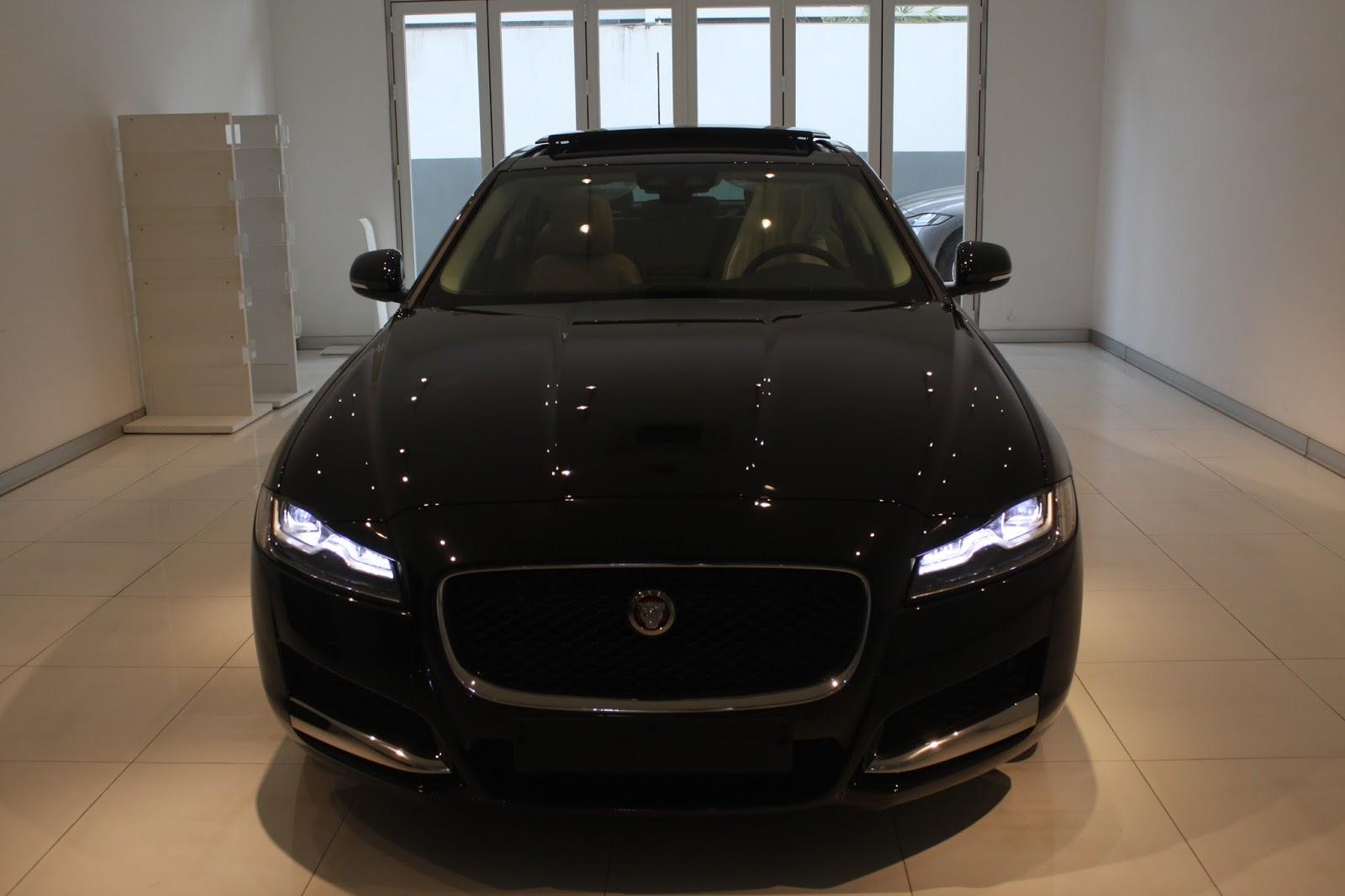 Đầu xe jaguar XF nhìn từ trước vào rất hầm hố như chú báo đang chuẩn bị săn mồi