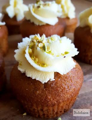 Mini cupcakes de plátano y pistachos con cobertura de mascarpone