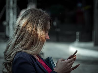 Ragazza single con smartphone