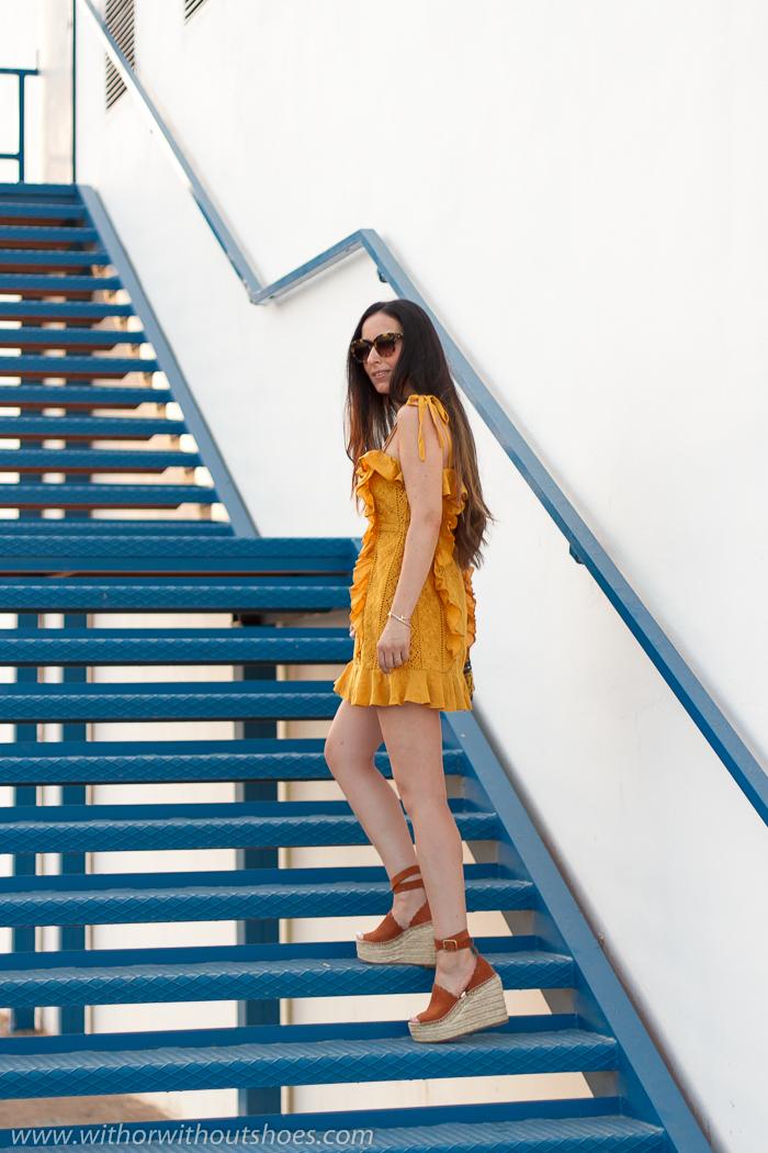 Look con mini Vestido bordado Majorelle Revolve CLothing y Sandalias cuñas esparto Lauren de Chloé