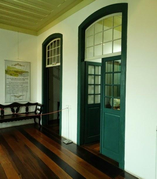 Grossas paredes brancas e portas de madeira no Museu Etnográfico, Biguaçu