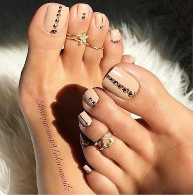 Decoración de uñas color piel