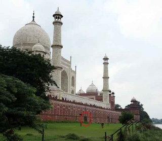 ताजमहल का रहस्यमय दरवाजा गुप्त राज --Mysterious door of the Taj Mahal ताजमहल का रहस्यमय दरवाजा गुप्त राज --Mysterious door of the Taj Mahal-ताजमहल का इतिहास-ताजमहल का सच-ताजमहल एक शिव मंदिर-चुटकुले-tajmahal-रेड फोर्ट-ताजा खबर आज की-lotus temple-शिव मंदिर -ताजमहल का फोटो ताज महल क्या है ताजमहल एक शिव मंदिर ताजमहल का सच ताजमहल किसने बनवाया ताजमहल पर निबंध ताजमहल दफ़नाए गए ताज महल का रहस्य 1  2 3 4 5 6 7 8 9 10 अगला ताजमहल का रहस्यमय दरवाजा the secret door of tajmahal,इसी खास दरवाजे से अंदर लाया गया था शाहजहां का शव,ताजमहल के निर्माण से 89 साल पहले की है लकड़ी,आगरा. ताजनगरी में यमुना किनारे से ताजमहल में प्रवेश करने के लिए खास दरवाजा था, जो आज भी लोगों के लिए रहस्य बना हुआ है। बताया जाता है कि इसी रास्ते से शाहजहां के शव को ताजमहल में दफनाने के लिए लाया गया था। ब्रिटिश शासनकाल में इस दरवाजे को ईंटों से बंद करवा दिया गया।