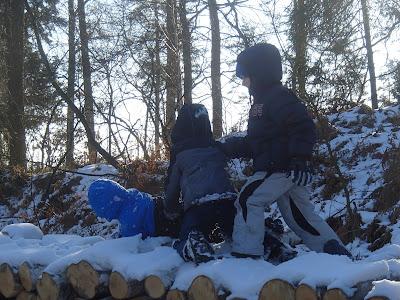 zimowy spacer, zabawy na śniegu, zima w Lesie Bronaczowa