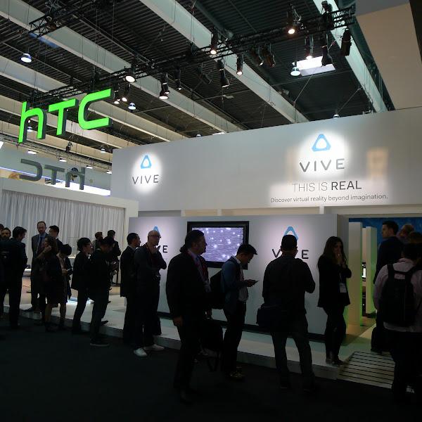 圖說:在HTC攤位有不少參訪者排隊等著體驗Vive。(圖片來源:詹子嫻攝)