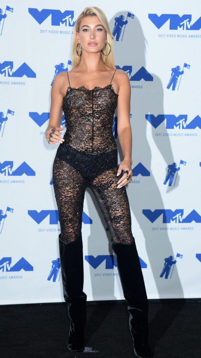 Hailey Baldwin Looks Hot at MTV Video Music Awards