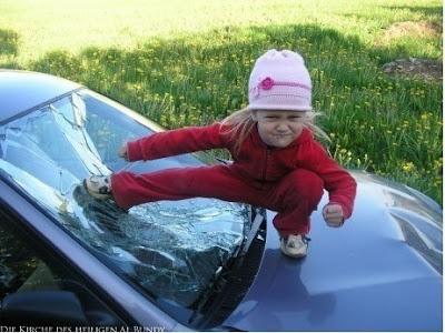 Zickiges Kleinkind tritt gegen Auto Scheibe lustig