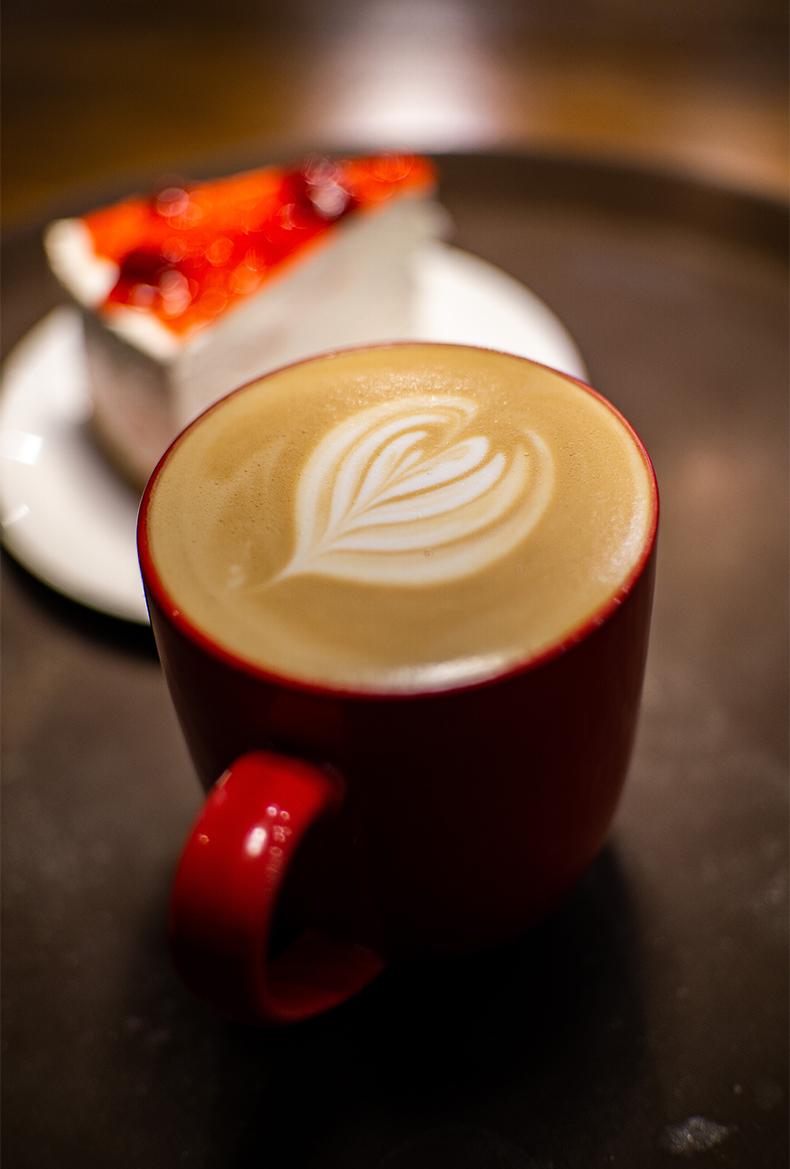 Чашка кофе и пирожное на фоне